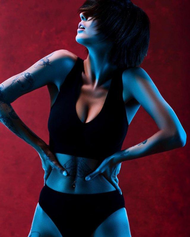 Джорджия Солери (Giorgia Soleri) - девушка солиста Maneskin Давида Дамиано в черном топе с декольте