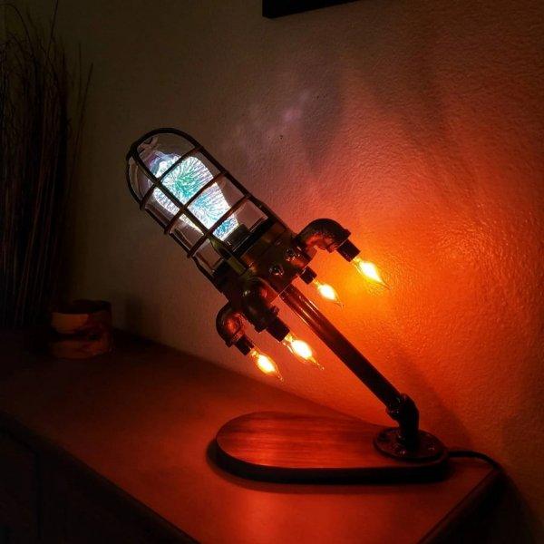Самодельная настольная лампа в виде ракеты