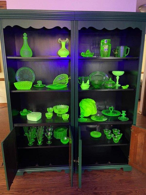 Коллекция посуды из уранового стекла, которая светится под ультрафиолетом