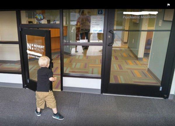 В этой детской поликлинике установили мини-дверь для маленьких пациентов