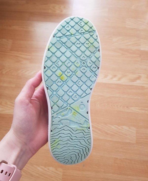 На подошвах моих кроссовок из Испании изображена часть карты Барселоны