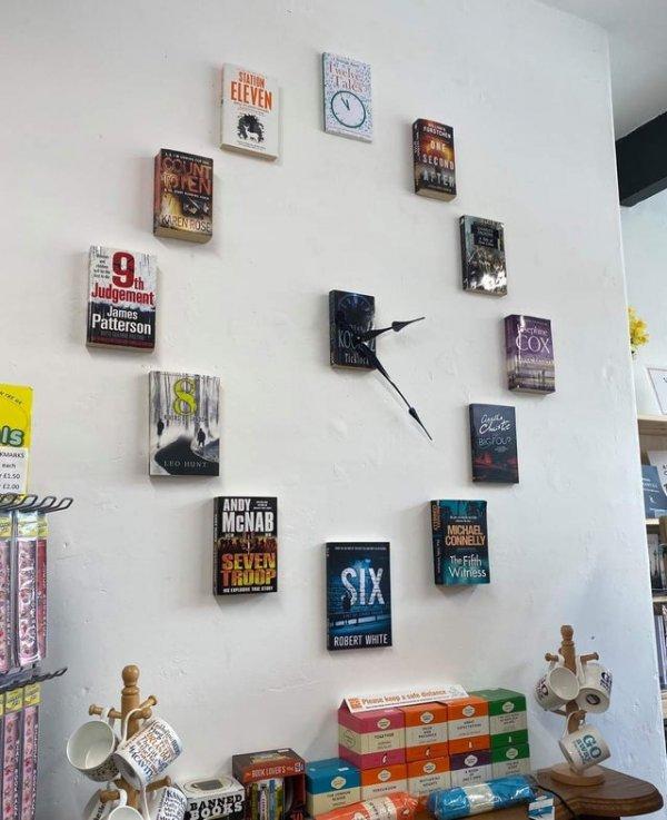 Часы сделаны из книг с нужными цифрами на обложках