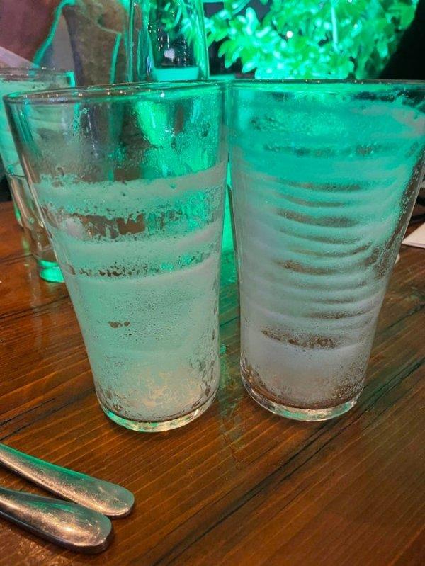 Остатки пены на стаканах показывают, с какой скоростью пили их владельцы