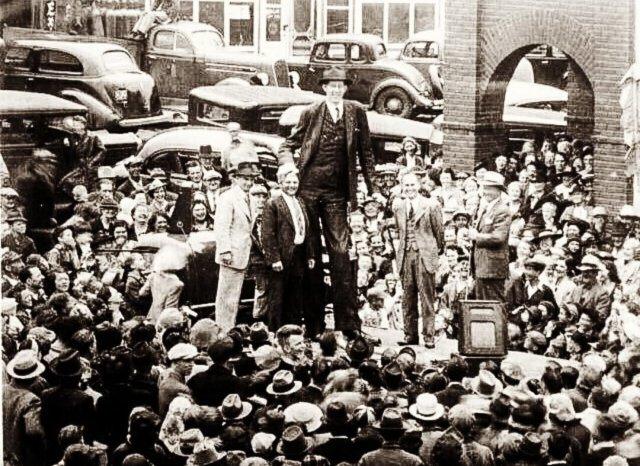 Робepт Уодлоу - один из самых высокиx людей в истории, 1939 год. Когда он умер, его pocт был 272 см, вес 199 кг