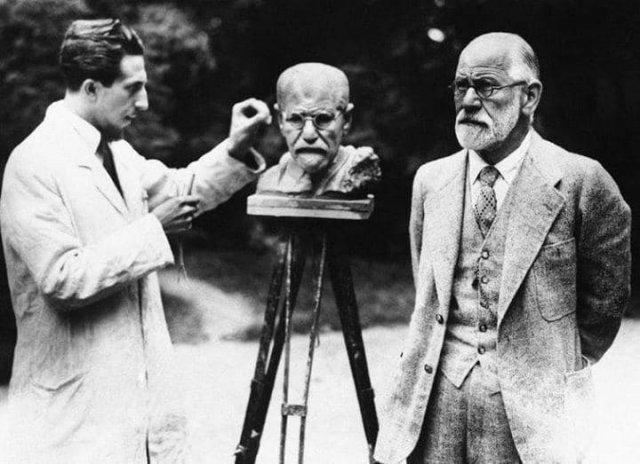 Зигмунд Фрейд позирует во время изготовления собственного бюста скульптором Оскаром Немовым. Вена. Австрия, 1931 год