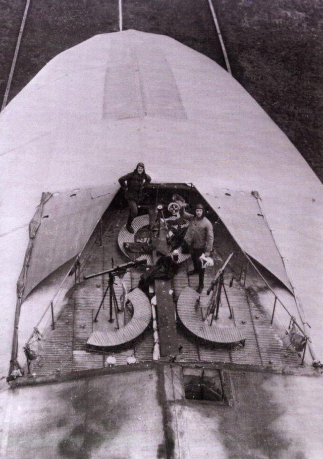 Зенитный пост на верхней части цеппелина, 1916 год.