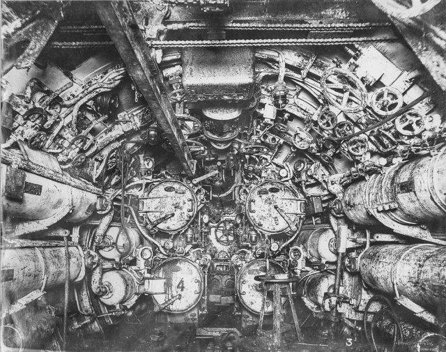 Внутри немецкой подводной лодки времен Первой мировой войны.