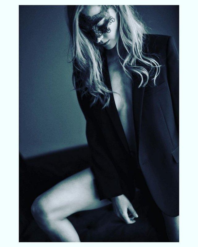 Светлана Ходченкова в черном пиджаке
