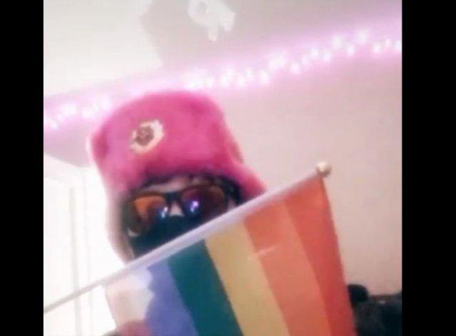 """Школьник с флагом ЛГБТ поддержал глупый """"тренд"""" и оскорбил Рамзана Кадырова"""