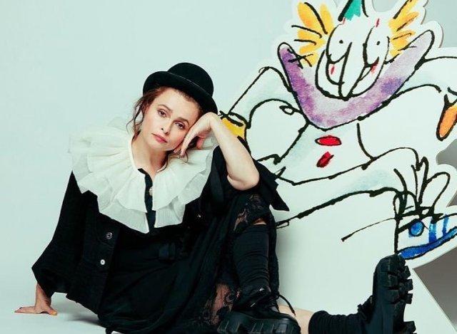 Хелена Бонем Картер изображает клоуна