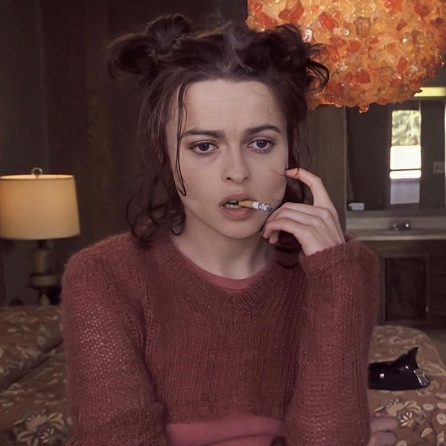 Хелена Бонем Картер в красном свитере