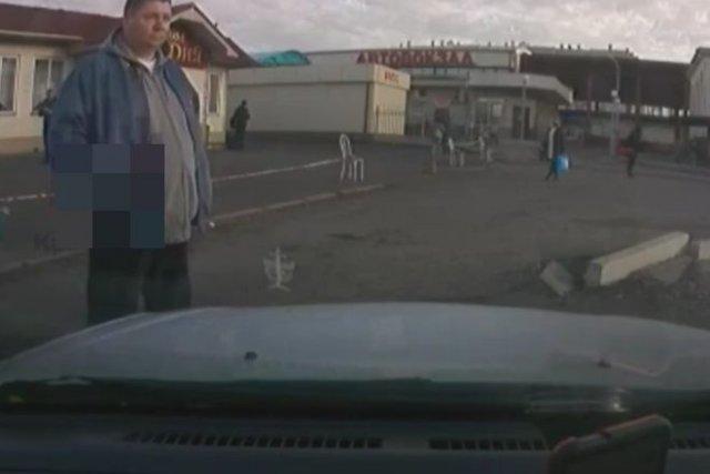 """В Красноярске """"бомбилы"""" не дают забирать людей от автовокзала"""