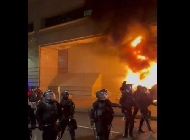 Портленд в день годовщины смерти Джорджа Флойда: снова погромы и столкновения с полицией