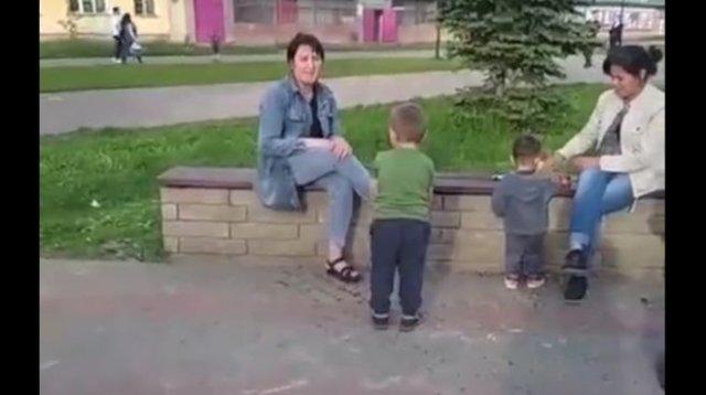 """""""Это же ребенок!"""": Мать позволила ребенку схватить голубя и носиться с ним по улице"""