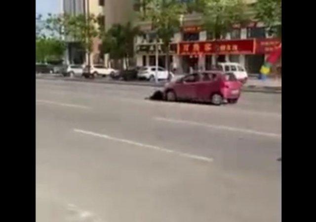 Неадекватный парень, который зачем-то кидается на машины и демонстративно падает на асфальт