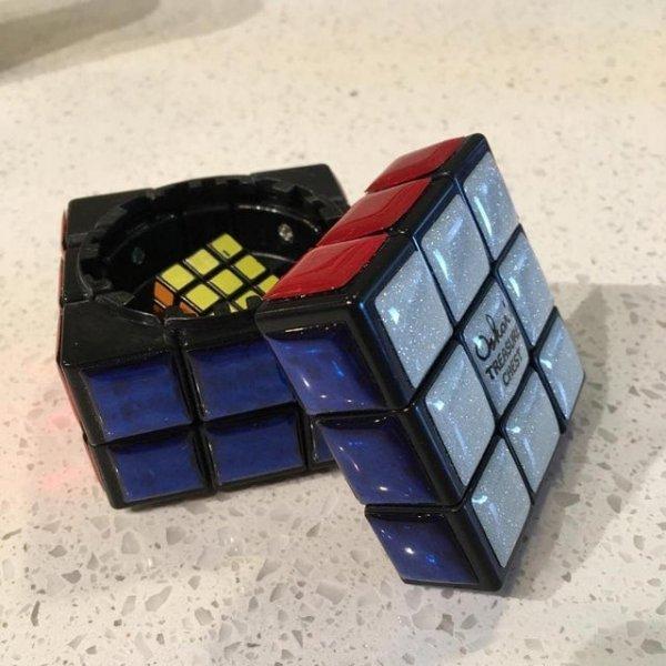 Кубик Рубика, который можно использовать как шкатулку. Но открывается он только после того, как его собрать