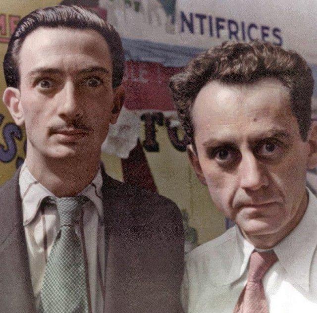 Испанский художник-сюрреалист Сальвадор Дали вместе с художником Ман Рэем в Париже, Франция, 1934 год.