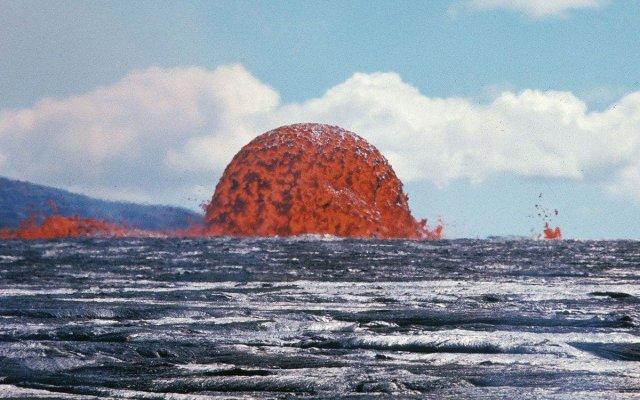 Фонтан лавы во время извержения вулкана на Гавайях. 1969 год.