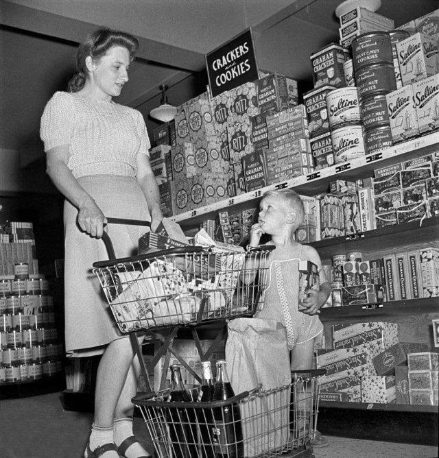 Женщина с сыном покупает продукты в супермаркете. Гринбелт, Мэриленд. Май 1942 года.