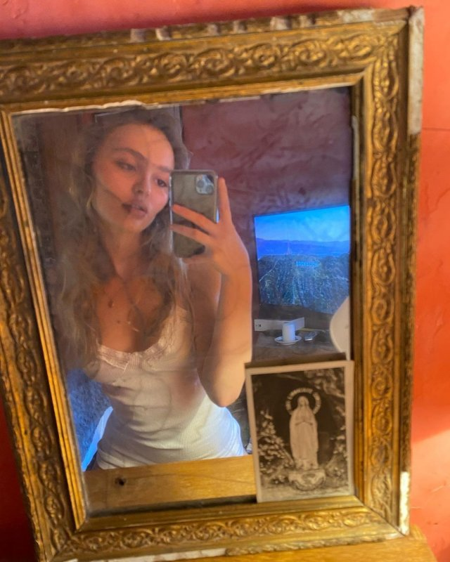 Лили-Роуз Депп - дочь Джонни Деппа в белой кофте