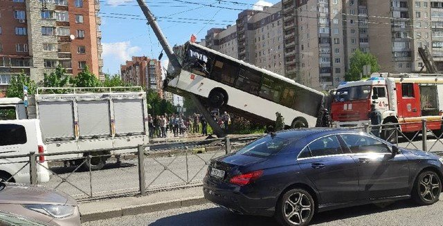 В Петербурге на на Ленинском проспекте автобус въехал в столб