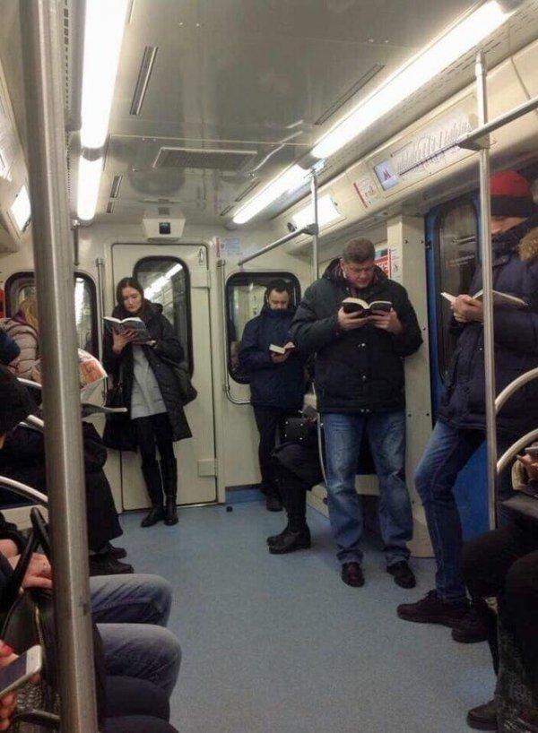 Легко сохранять веру в человечество, пока видишь в метро такое