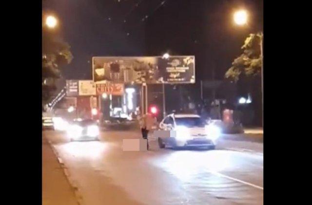 Пьяный мужчина перепутал полицейскую машину с такси и попробовал в нее сесть