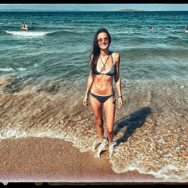 """Звезда фильма """"Техасская резня бензопилой"""" Лорина Камбурова в купальнике на пляже"""