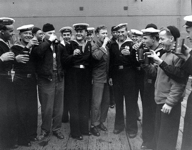 Советские и американские моряки празднуют капитуляцию Японии, 1945 год