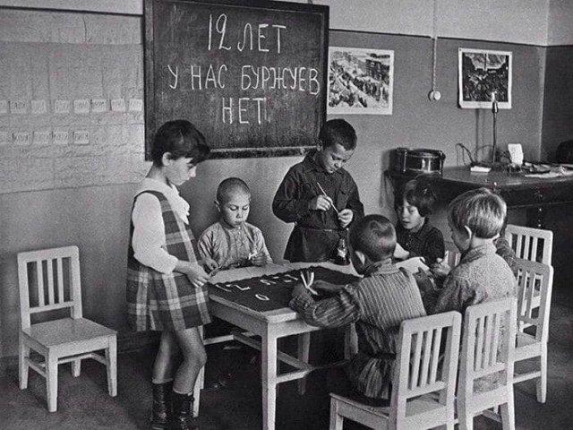 Дети в детском саду рисуют плакат к празднованию 12-й годовщины Октября, 1 октября 1929 года