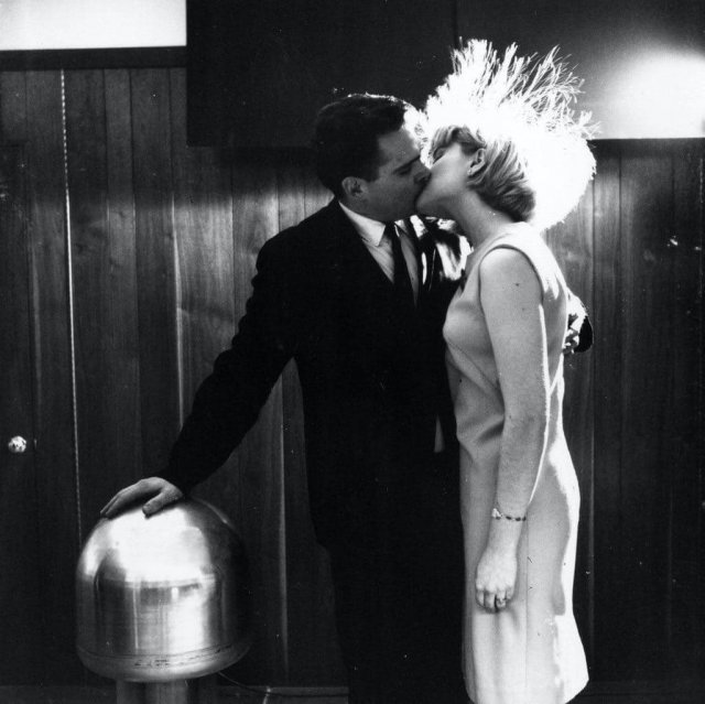 Американский ученый Джеймс Стаки и доброволец Джуди Криден демонстрируют способность человеческого организма функционировать в качестве проводника электрического тока во время лекции в Нью-Йорке организованной Комиссией по атомной энергии США, 1966 год