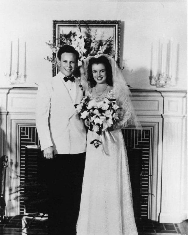 Фотография первой свадьбы Мэрилин Монро, ей тогда было 16 лет, 1942 год.