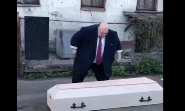 «Для вакцинации населения»: Стас Барецкий устроил перфоманс с гробом и был остановлен полицией