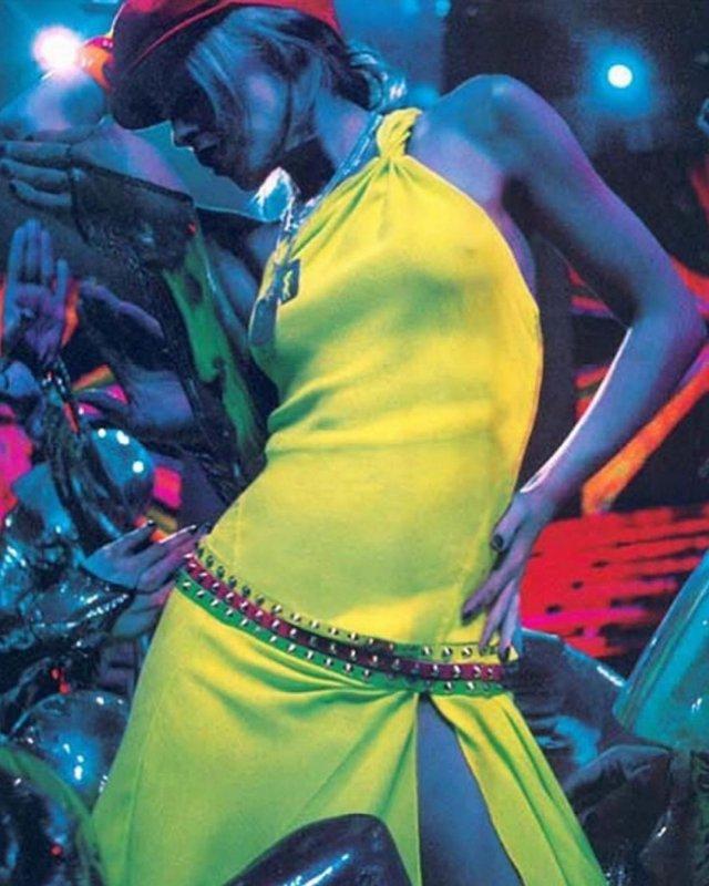 Кайли Миноуг в желтом платье
