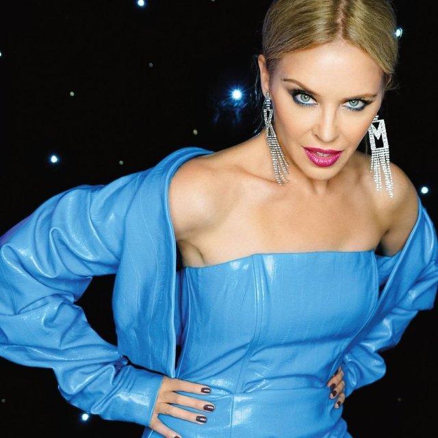 Кайли Миноуг в голубом платье