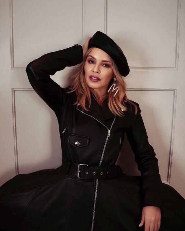 Кайли Миноуг в черном костюме