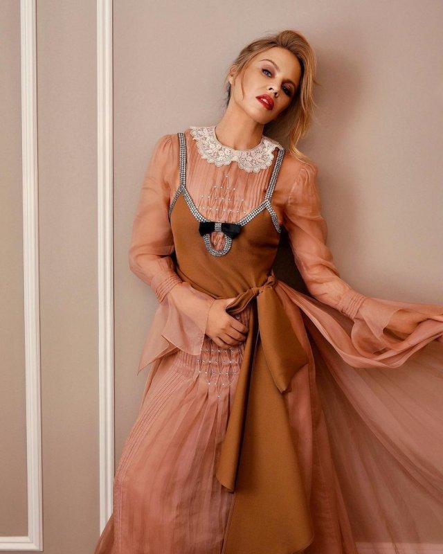 Кайли Миноуг в розовом платье