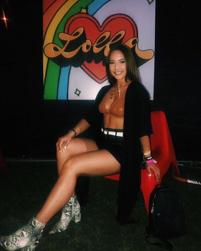Дочь рэпера Эминема Хэйли Джейд Скотт в купальнике и черном плаще