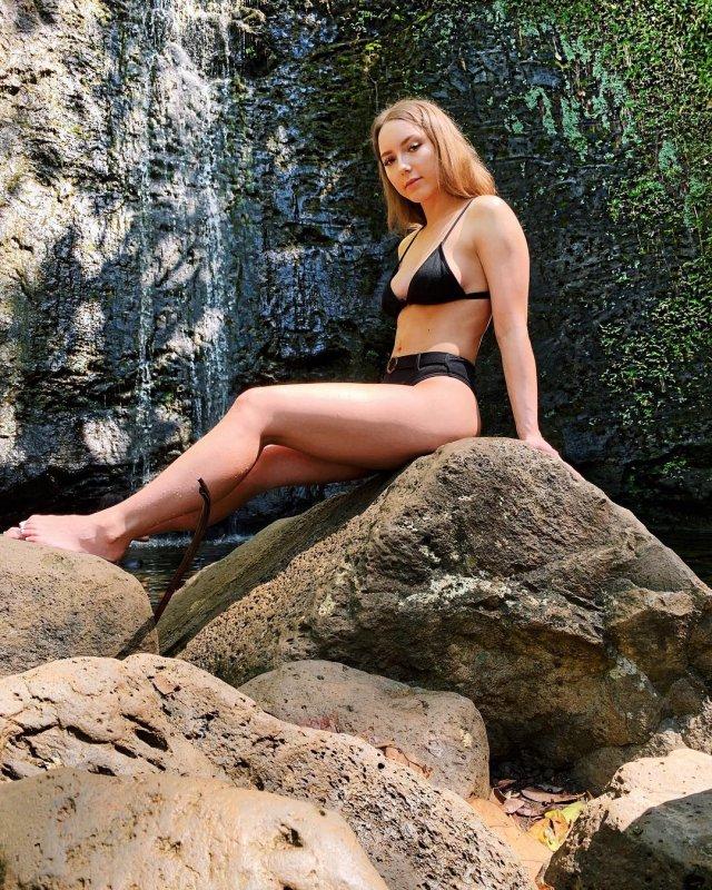 Дочь рэпера Эминема Хэйли Джейд Скотт в черном купальнике