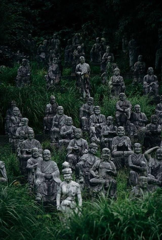 Заросшие статуи в японском парке