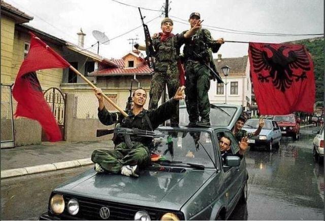 Албанские боевики из Армии освобождения Косова во время войны в Косове и Метохии. 1999 год.