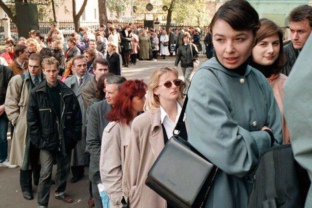 Около тысячи безработных москвичей в очереди на ярмарку вакансий, сентябрь, 1998 год