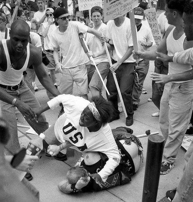 Темнокожая женщина защищает расиста от разъяренной толпы. 1996 год.