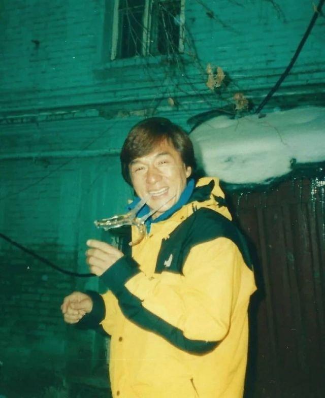 """Джеки Чан во время съемок фильма """"Первый удар"""", Москва, 1996 год."""