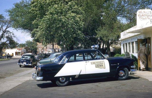 Патрульная машина Ford Mainline 1954 года у закусочной. Винита, Оклахома.