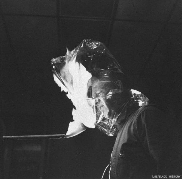 Демонстрация новой огнестойкой пластмассы фирмы DuPont, 1966 год.