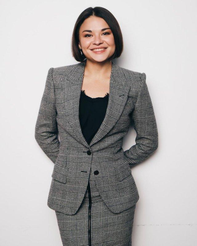 Ксения Шойгу в сером костюме