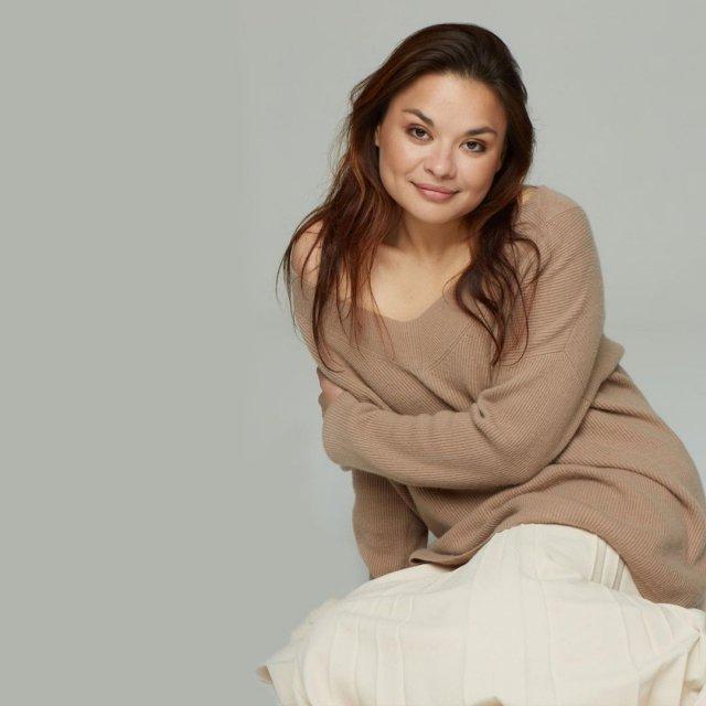 Ксения Шойгу в коричневом свитере