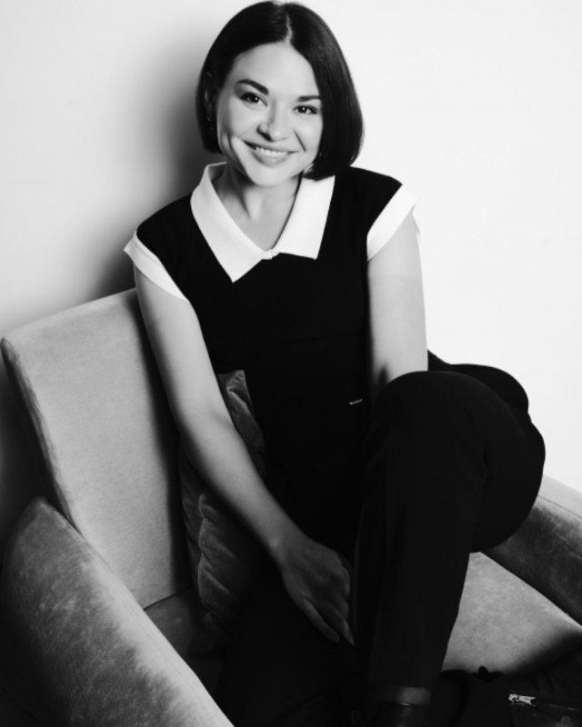 Ксения Шойгу в черном костюме