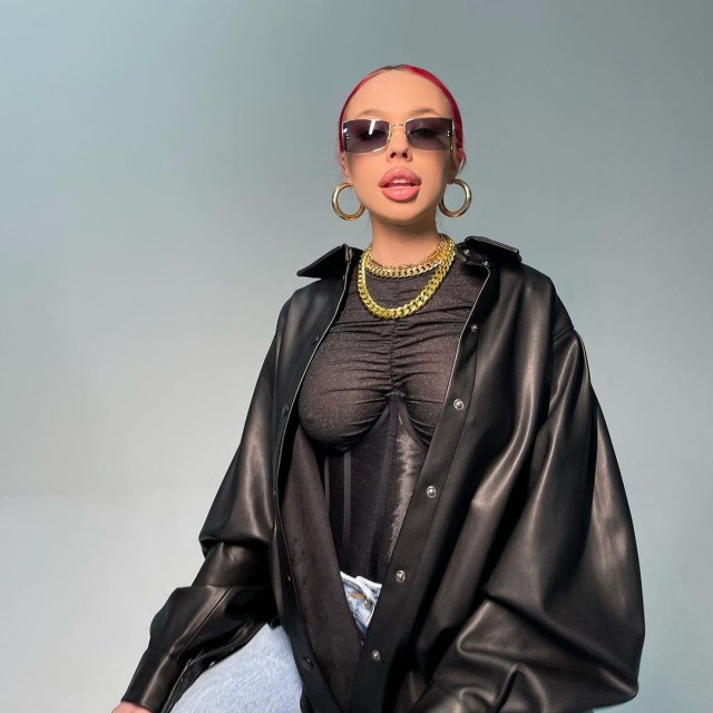 Скандальная рэп-исполнительница Инстасамка (Instasamka) в черной куртке и черной кофте в очках и цепях